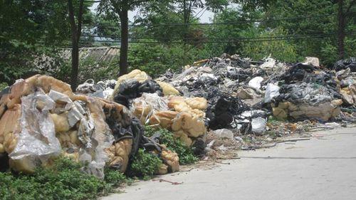 Các loại dây nhựa, ống nhựa, ống cao su và nhựa phế thải chất đống ở mảnh đất bên cạnh cơ sở Đồng Thành. (Ảnh: Tuyết Chinh)