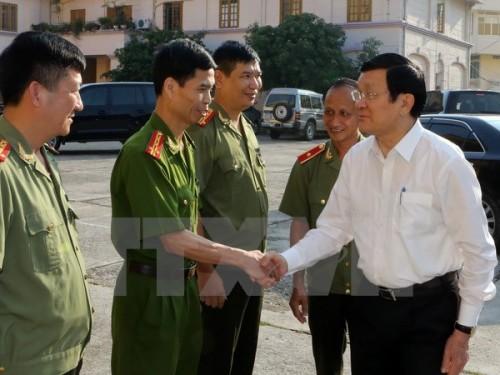 Chủ tịch nước Trương Tấn Sang thăm cán bộ, chiến sỹ Công an tỉnh Bắc Kạn. (Ảnh: Nguyễn Khang/TTXVN)