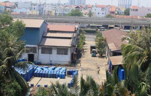 Một cơ sở sản xuất trên đường Nguyễn Văn Quỳ, phường Tân Thuận Tây, quận 7, TPHCM xả mùi khó chịu (Ảnh: Bình Tân/Chinhphu.vn)