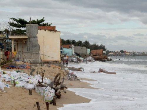 Xâm thực nghiêm trọng tại bờ biển thành phố Phan Thiết, tỉnh Bình Thuận do ảnh hưởng của biến đổi khí hậu. (Ảnh: Nguyễn Thanh/TTXVN)