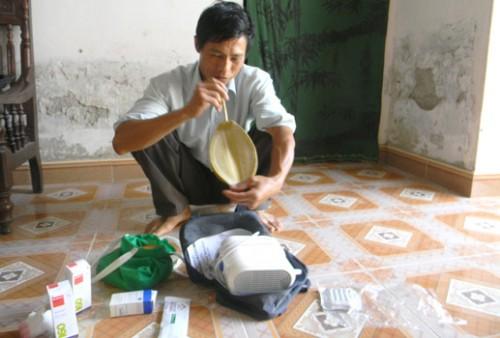 Ông Khiếu Đình Vinh- Trưởng thôn Đồng Lạc luôn phải chuẩn bị sẵn trong nhà các loại thuốc và dụng cụ hỗ trợ tim mạch (Ảnh: Đại Đoàn Kết)