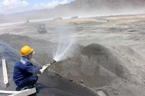 Tưới nước bãi xỉ, hạn chế tối đa tình trạng bụi xỉ than bay vào khu vực dân cư (Ảnh: Nguyễn Thanh/TTXVN)