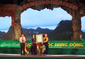 Bà Katherine Muller Marin trao Bằng công nhận Di sản thiên thiên thế giới lần 2 cho VQG Phong Nha - Kẻ Bàng.