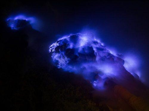 Lửa xanh từ núi lửa Kawah Ijen (Indonesia) được hình thành từ khí sulfuric trong các kẽ hở của núi lửa ở áp suất cao. (Nguồn: National Geographic)