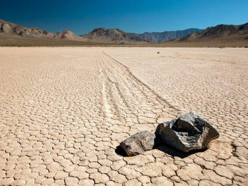 Các tảng đá lớn có thể tự di chuyển ở Thung Lung Chết, Công viên quốc gia ở California. Các nhà khoa học đã phát hiện ra rằng có 1 lớp băng mỏng bên dưới các lớp đất đã bị tan chảy do ánh nắng mặt trời đã di chuyển các hòn đá và để lại đằng sau là những vệt dài do di chuyển đó. (Nguồn: ABC News)