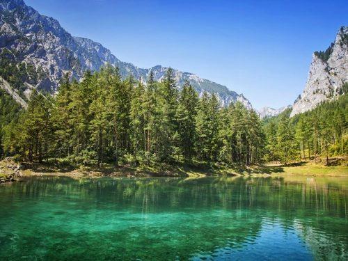 Hồ Green ở dưới chân núi Hochschwab gần thị trấn Tragoess (Australia) thoạt nhìn giống như bao hồ khác nhưng vào mùa đông nó chỉ sâu 90cm tới 180cm và vào mùa hè, nước băng tan làm hồ sâu 1,2km. (Nguồn: Huffington Post)