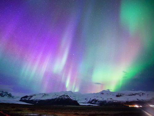 Ánh sáng phương Bắc được hình thành từ các hạt tích điện mặt trời kết hợp với nhiều loại khí khác nhau để tạo ra màn trình diễn ánh sáng đa màu sắc. Hiện tượng này xảy ra từ tháng Chín tới đầu tháng Tư ở Canada, Alaska, Iceland và miền Bắc Scandinavia. (Nguồn: Telegraph)