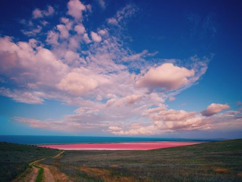 Hồ Hillier là hồ duy nhất có màu hồng quanh năm, thậm chí ngay cả khi đã múc vào hộp. Vẫn chưa có lời giải đáp cho nguyên nhân này nhưng nhiều người nói rằng đó là kết quả cả lượng muối cao kết hợp các vi sinh màu hồng. (Nguồn: Condé Nast Traveler)