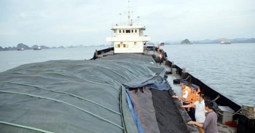 Lượng Cảnh sát biển kiểm tra tàu QN5857 (Ảnh: Bộ Tư lệnh Cảnh sát biển)