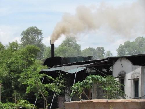 Một trong những cột khói bốc nghi ngút xả thẳng lên bầu trời mỗi ngày