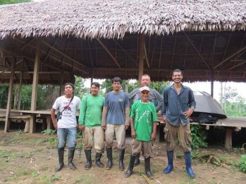 Nhóm nghiên cứu cùng những hướng dẫn viên địa phương (Ảnh: Proyecto Mono Tocón)