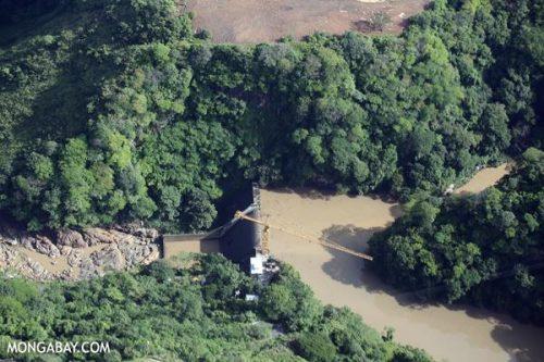 Bức ảnh chụp từ trên cao của một con đập tại Costa Rica cho thấy hệ sinh thái bị chia rẽ, các loài cá không còn có thể di cư và rừng thì bị nhấn chìm dưới làn nước (Ảnh: Rhett Butler/mongabay.com)