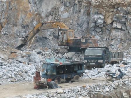 Nhiều mỏ đá ở Đà Nẵng khi kết thúc khai thác không chịu hoàn thổ như quy định (Ảnh: Ngọc Phó)