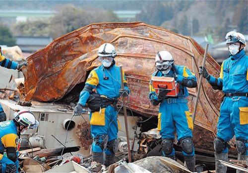 Các chuyên gia đang đo độ phóng xạ (Ảnh: ecowatch.com)