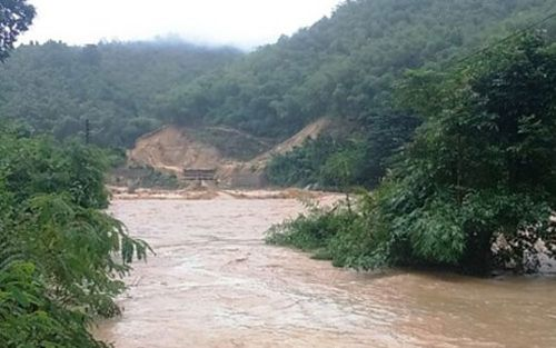 Nước sông Lò lên cao làm nhiều vùng của huyện Quan Sơn bị ngập lụt