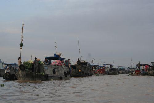 Chợ nổi trên sông Hậu, hạ nguồn sông Mê Công. (Ảnh: Nguyễn Thúy Hằng/PanNature)