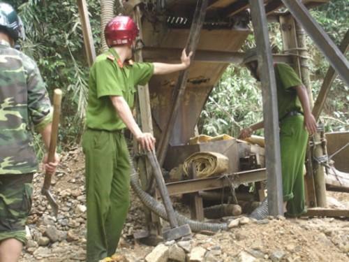 Tổ liên ngành H. Phước Sơn phá hủy máy nổ, đẩy đuổi các đối tượng khai thác vàng trái phépra khỏi địa bàn.