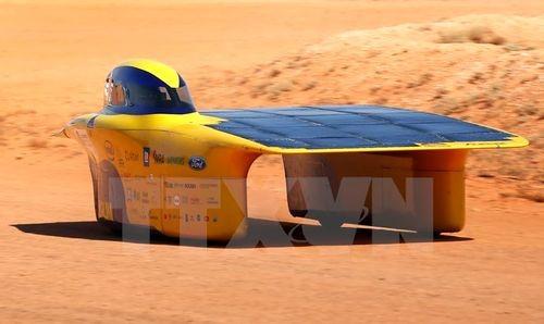 Một xe ôtô chạy bằng năng lượng Mặt Trời tham gia cuộc đua (Nguồn: AFP/TTXVN)