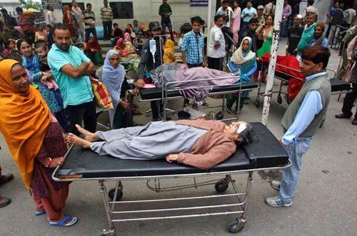 Các bệnh nhân nằm bên ngoài bệnh viện địa phương sau trận động đất ở Jammu, Ấn Độ (Nguồn: AP)