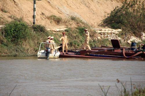 Cảnh sát bắt giữ tàu khai thác cát trái phép ở Nghệ An (Ảnh: Dương Văn Thọ/PanNature)