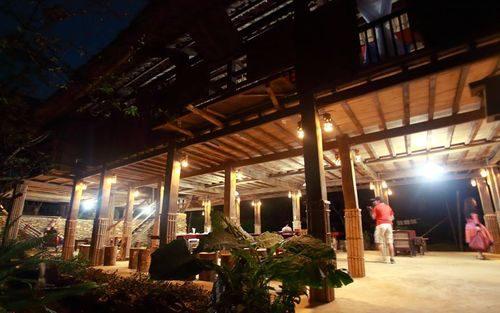 Nhà sàn của A Chu đón tiếp khoảng 30 khách mỗi ngày đêm. Nhiều thiết bị chiếu sáng chạy bằng năng lượng mặt trời được tài trợ giúp nhà sàn luôn sáng đèn mỗi đêm (Ảnh: Ngọc Lâm)