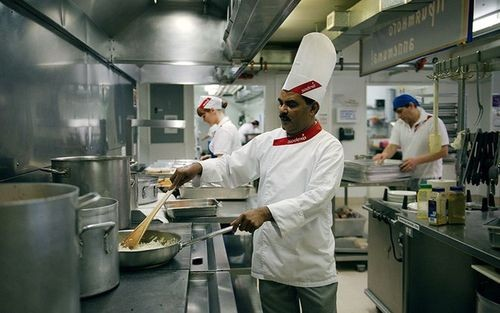 Polacham, đầu bếp tại mỏ Kupol, cho biết anh làm việc liên tục 6 tuần không có ngày nghỉ trước khi được nghỉ phép 4 tuần để về thăm nhà ở miền nam Ấn Độ.