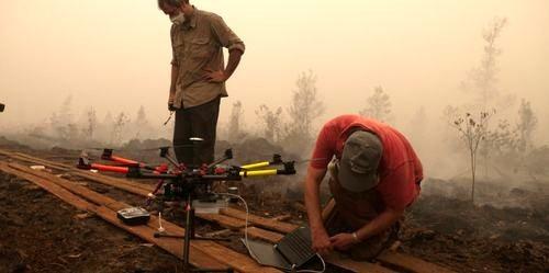 Đo khí độc trong đám khói mù tại Indonesia (Ảnh: M. Edliadi/CIFOR)