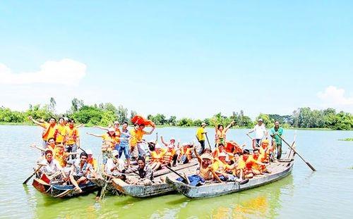 Du khách trên Búng Bình Thiên (An Giang) mùa nước nổi