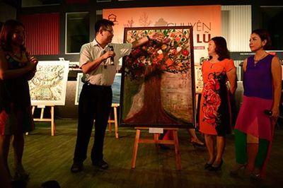 Ca sĩ Mỹ Linh (bìa phải) đang vận động đấu giá một bức tranh gây quỹ cho chương trình (Ảnh: BTC)