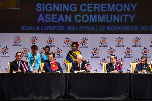 Thủ tướng Nguyễn Tấn Dũng và các nhà lãnh đạo ASEAN kýTuyên bố Kuala Lumpur về việc thành lập Cộng đồng ASEAN (Ảnh: Nhật Bắc/chinhphu.vn)