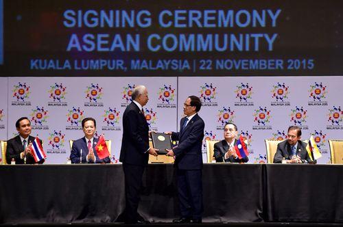 Thủ tướng Malaysia Najib Tun Abdul Razak trao các văn kiện liên quan về việc thành lập Cộng đồng ASEAN cho Tổng Thư ký ASEAN Lê Lương Minh (Ảnh: Nhật Bắc/chinhphu.vn)