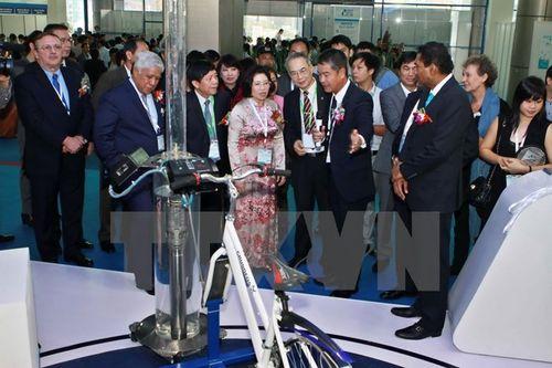 Đại biểu tham quan các gian hàng tại triển lãm (Ảnh: Minh Quyết/TTXVN)