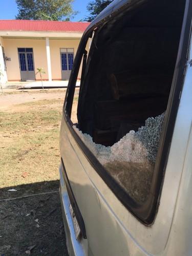 Cướp gỗ xong, lâm tặc còn đập phá chiếc xe rồi mới bỏ đi.