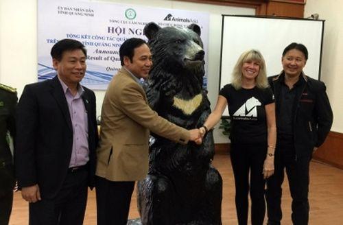 Tổ chức AAF trao tặng bức tượng gấu cho lãnh đạo tỉnh Quảng Ninh.