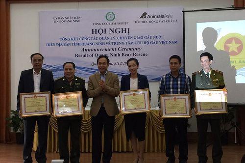 UBND tỉnh Quảng Ninh trao bằng khen cho các tập thể, cá nhân có thành tích trong chiến dịch xóa sổ nạn nuôi gấu lấy mật.