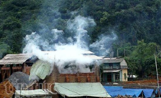 Cạnh nhà dân lò gạch vẫn ngang nhiên hoạt động (Ảnh: baotintuc.vn)