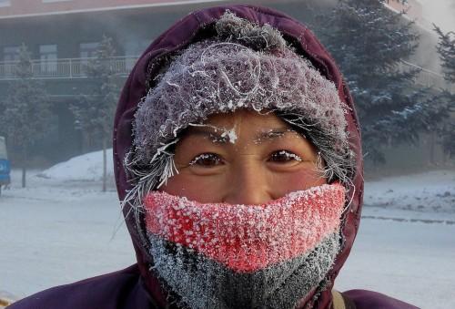 Không khí lạnh tăng cường khiến Hulunbuir, thành phố tại đông bắc Khu tự trị Nội Mông Cổ, Trung Quốc trải qua những ngày tháng thời tiết cực đoan, nhiệt độ xuống tới mức -42 độ C. Trời quá lạnh khiến băng giá 'sinh sôi' trên khuôn mặt người phụ nữ này (Nguồn: QQ)