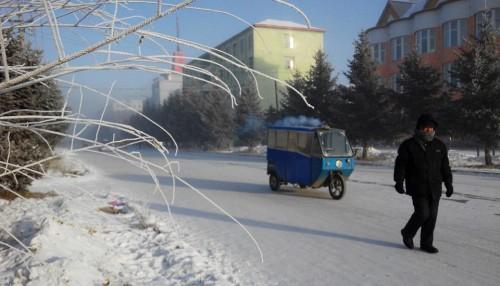 Rất ít người qua lại trên đường trong tiết trời lạnh giá.