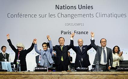 Các nhà lãnh đạo thế giới ăn mừng chiến thắng về thỏa thuận lịch sử cam kết giảm lượng khí phát thải và giới hạn sự biến đổi khí hậu ở mức dưới 2°C (Ảnh: Nature)
