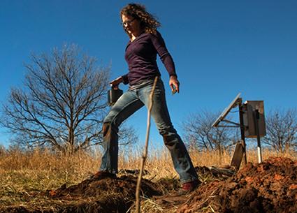 Nhà địa chấn học Amberlee Darold đang điều tra về những cuộc động đất ở Oklahoma để cố gắng tìm hiểu về nguyên nhân gây ra những trận động đất này. Ảnh: Nature