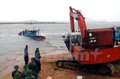 Tàu cá PY96380TS của ông Huỳnh Tấn Bình phường Phú Đông bị triều cường, sóng lớn đánh chìm (Ảnh: Thế Lập/Vietnam+)