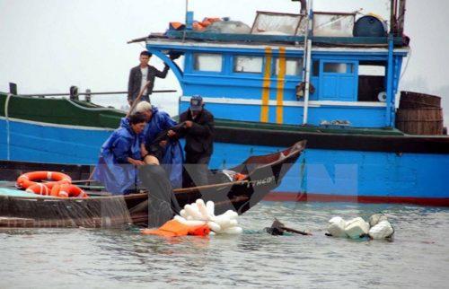 Trục vớt tàu cá và cứu ngư dân bị nạn (Ảnh minh họa: Quốc Việt/TTXVN)