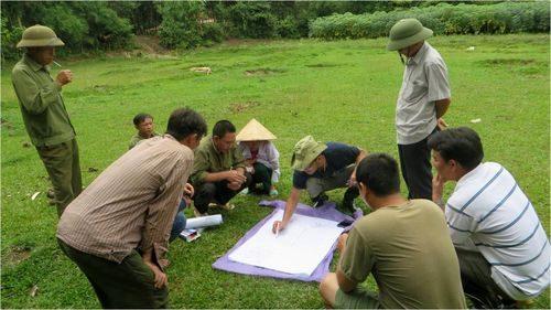 Chuyên gia nông lâm kết hợp từ Tổ chức Nghiên cứu Nông Lâm Thế giới cùng cán bộ địa phương và người dân thiết kế mô hình nông lâm kết hợp vườn nhà và vườn đồi