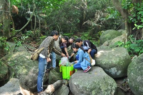 Tuổi trẻ Đà Năng thu gom rác thải để giữ môi trường núi Sơn Trà sạch đẹp