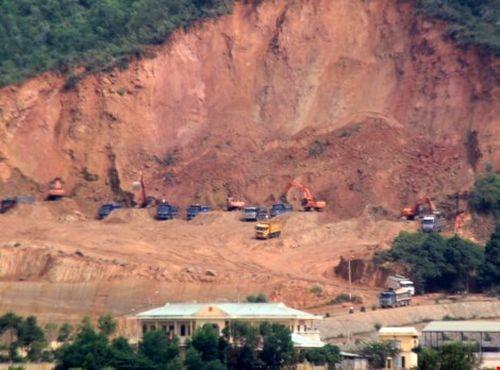 Các doanh nghiệp khai thác khoáng sản trái phép bị TP Đà Nẵng xử lý (Ảnh: LÊ PHI)
