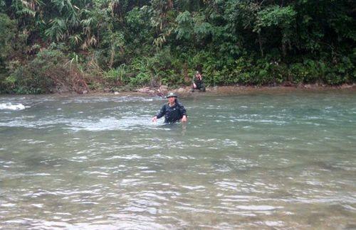 Kiểm lâm Vườn Quốc gia Bạch Mã vượt suối trong một chuyến tuần tra. (Ảnh tư liệu của Ban Quản lý Vườn Quốc gia Bạch Mã)