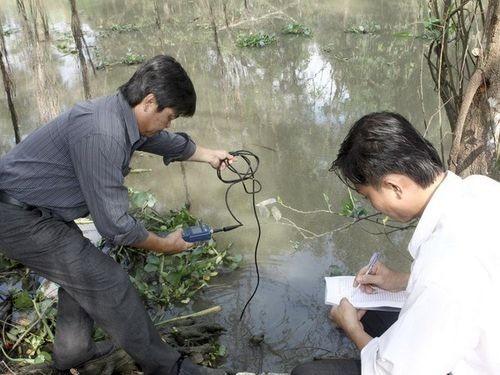 Đo nồng độ mặn trên sông Cái Lớn. (Nguồn: TTXVN)