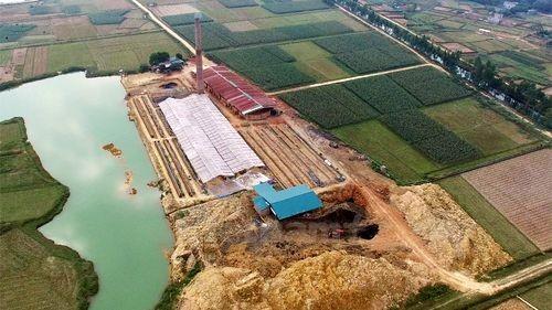 Một hệ thống lò vòng không phép mọc lên sừng sững tại Hiền Ninh, Sóc Sơn (Ảnh: PV/Vietnam+)