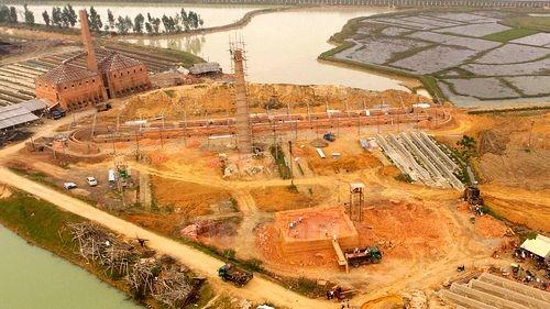 """Ngay gần Ủy ban nhân dân xã Bắc Phú, một lò vòng cỡ lớn được dựng nên và cũng hoàn toàn không phép nhưng các cấp chính quyền vẫn """"ngó lơ"""" (Ảnh: PV/Vietnam+)"""