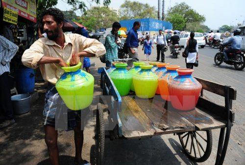 Người dân Ấn Độ xếp hàng lấy nước sạch tại một điểm phân phối nước miễn phí của Chính phủ ở Chennai ngày 22/3 (Nguồn: AFP/TTXVN)